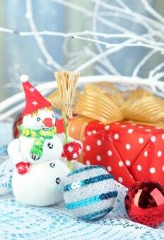 Belle composition de noël avec gros plan de cadeaux et jouets de noël
