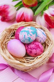 Belle composition de pâques avec des oeufs décorés et des fleurs