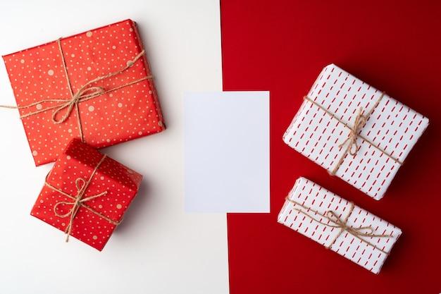 Belle composition rouge et blanche avec des cadeaux de noël, vue d'en haut