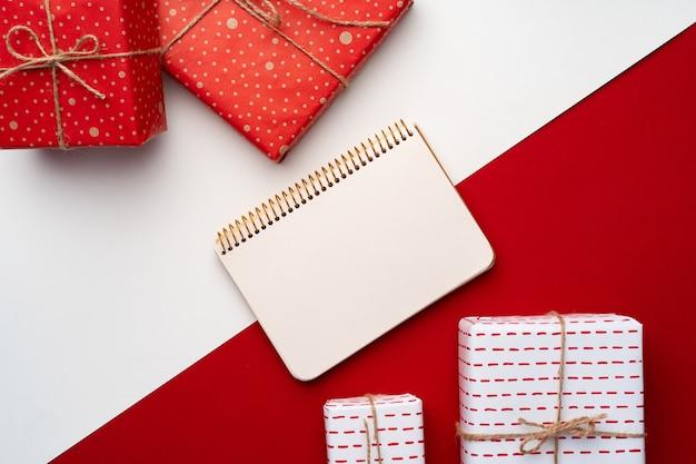 Belle composition rouge et blanche avec des cadeaux de noël