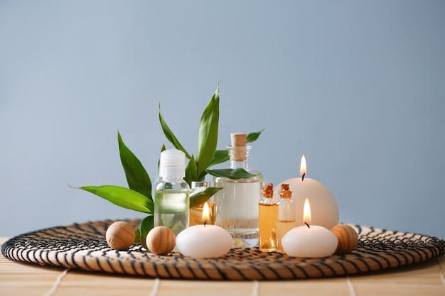 Belle composition de spa avec des bougies en couleur
