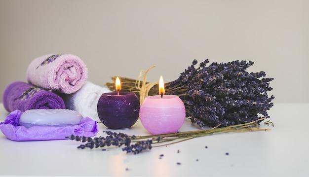 Belle composition de spa avec des fleurs de lavande séchées