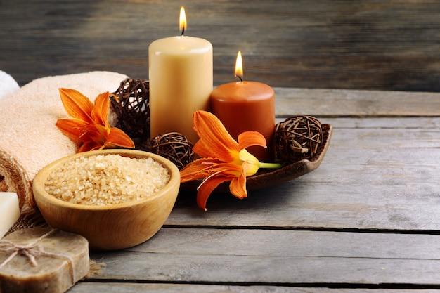 Belle composition de spa avec des fleurs sur une table en bois se bouchent