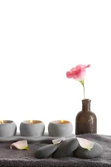 Belle composition de spa, isolée sur blanc
