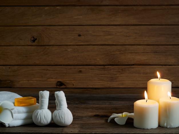 Belle composition de spa sur mur en bois.
