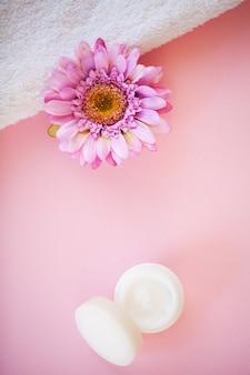 Belle composition de spa serviettes blanches sur la table rose