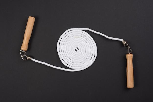 Belle composition sportive avec corde à sauter
