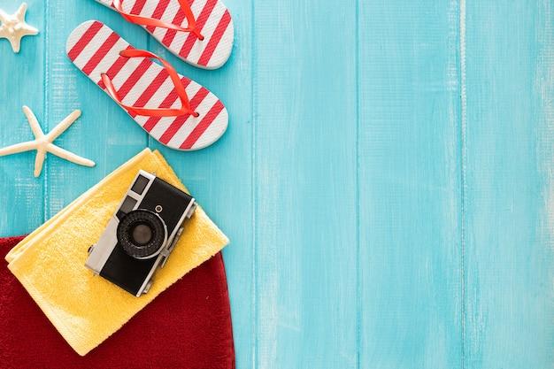Belle composition avec des trucs de l'été sur un fond en bois bleu avec fond