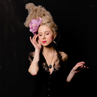 Belle comtesse blonde avec une coiffure vintage et un corset