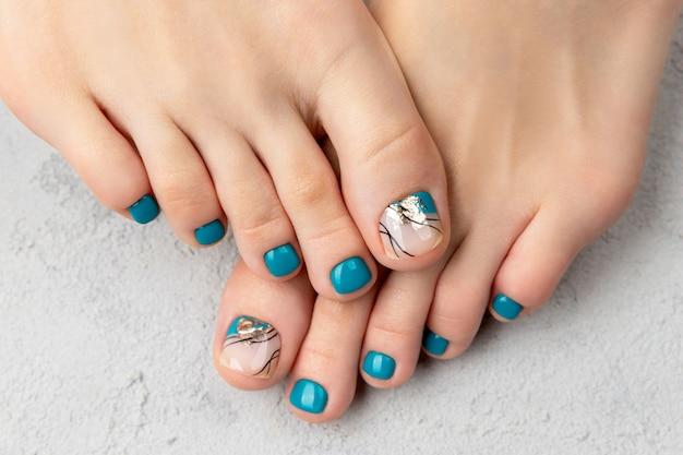 Belle conception d'ongles turquoise d'été. manucure, concept de salon de beauté pédicure.