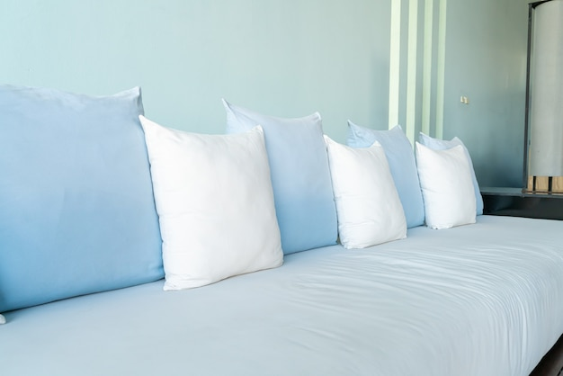 Belle et confortable décoration d'oreillers sur canapé