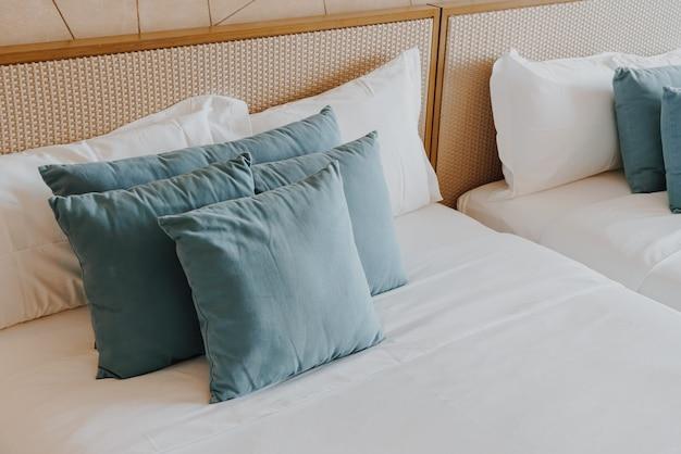 Belle et confortable décoration d'oreillers à l'intérieur de la chambre