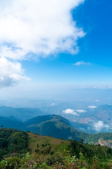 Belle couche de montagne avec des nuages et un ciel bleu à kew mae pan nature trail à chiang mai, thaïlande