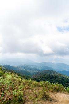 Belle couche de montagne avec nuages et ciel bleu à kew mae pan nature trail à chiang mai, thaïlande