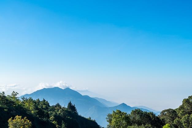 Belle couche de montagne avec des nuages et le lever du soleil à chiang mai en thaïlande