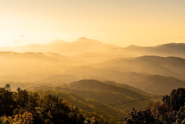 Belle couche de montagne avec nuages et lever de soleil à chiang mai en thaïlande