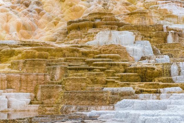 Belle couche de source chaude, source chaude de mammoth parc national de yellowstone