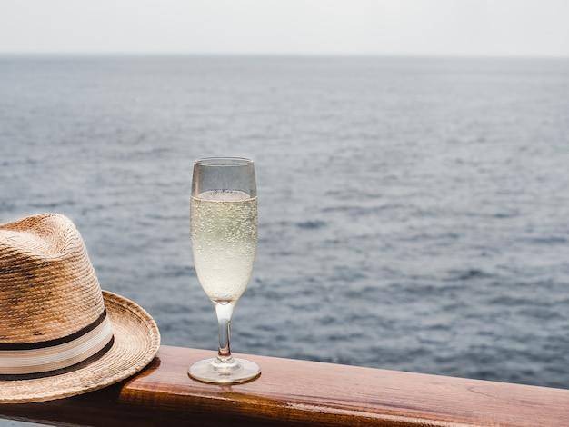 Belle coupe de champagne sur le pont ouvert
