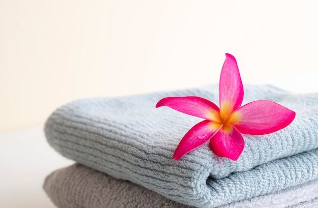 Belle couronne de feuilles roses sur la serviette sur le fond