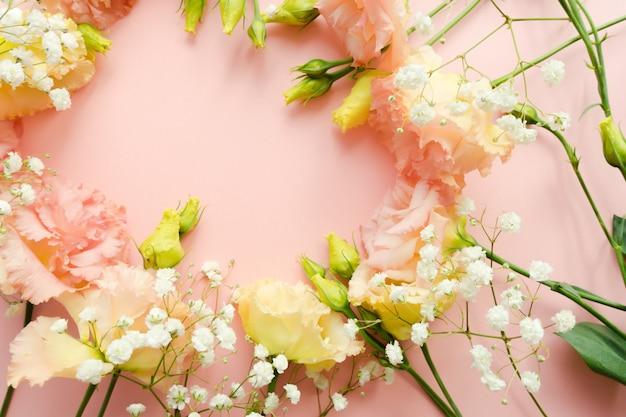 Belle couronne florale. bouquet de fleurs rose eustoma lisianthus. concept de livraison de fleurs. 8 mars, modèle de carte d'anniversaire. mise au point sélective. élément de décoration.