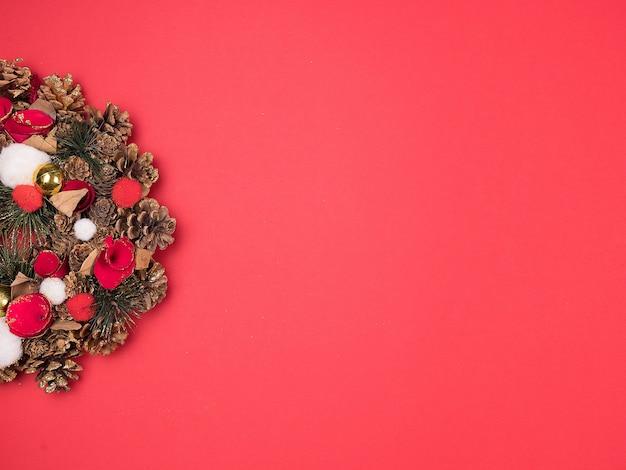 Belle couronne de noël sur fond rouge. grande conception