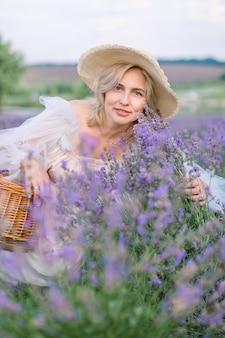 Belle dame blonde mature dans le champ de lavande.
