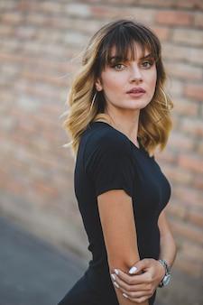 Belle dame bosniaque aux yeux expressifs portant un t-shirt noir