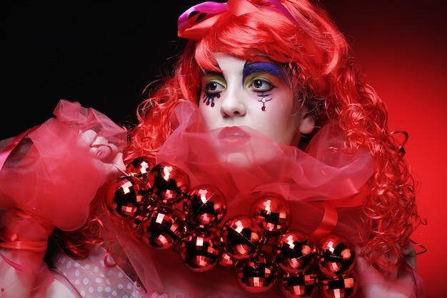 Belle dame avec maquillage artistique tenant une décoration de noël