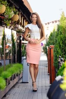 Belle dame marchant le long du trottoir