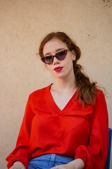Belle dame posant avec des lunettes de soleil