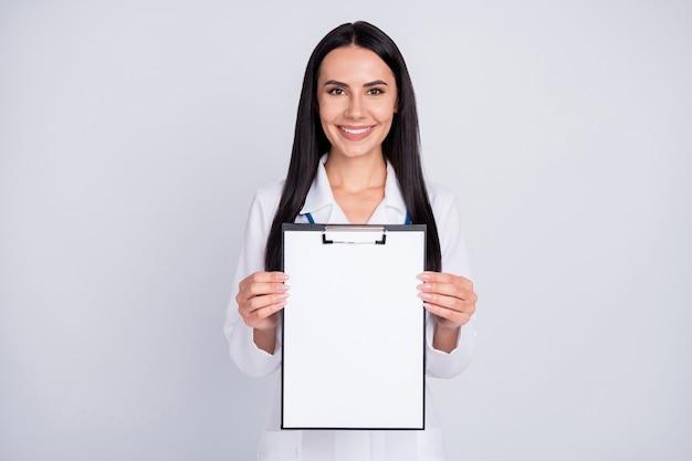 Belle dame professionnelle de doc dans le presse-papiers d'exposition de blouse blanche de stéthoscope