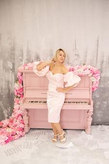 Belle dame en robe rose et piano rose