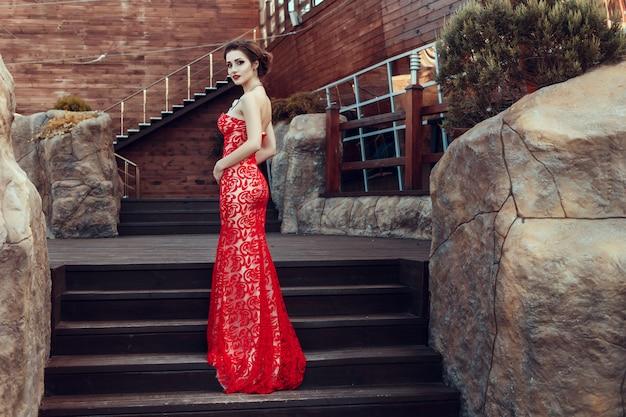 Belle dame en robe rouge au restaurant.