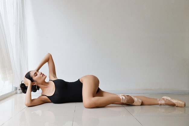 Belle danseuse, modèle asiatique dansant sur le studio du mur blanc