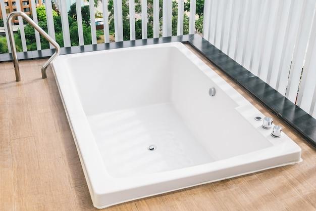 Belle décoration de baignoire blanche à l'extérieur du balcon