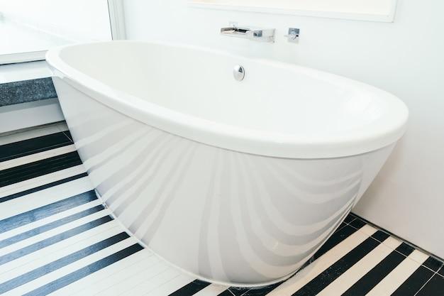 Belle décoration de baignoire blanche intérieur de salle de bain