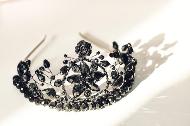 Belle décoration de cheveux faite à la main en fil de fer et perles.