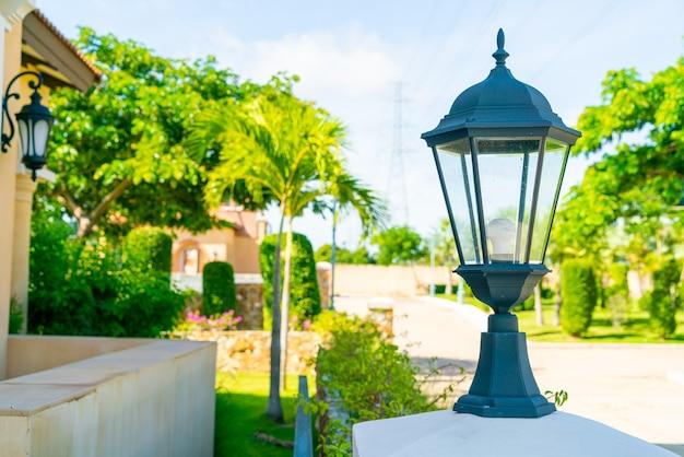 Belle décoration de lampe sur mur extérieur