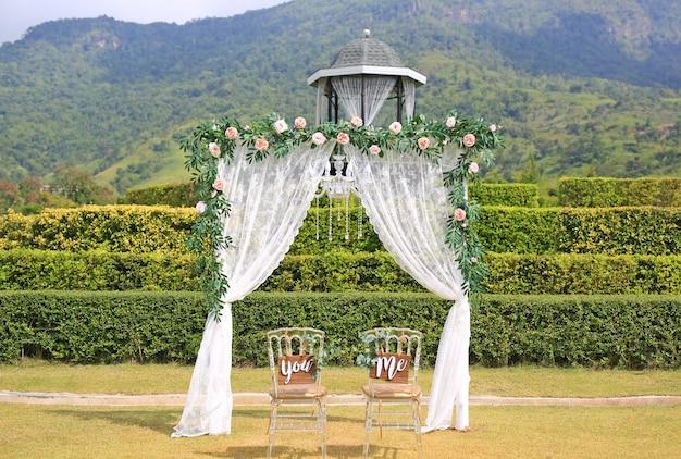 Belle décoration de mariage avec des chaises vous et moi dans la nature en plein air.