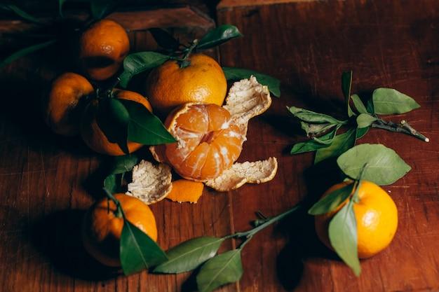 Belle décoration de noël avec des mandarines dans les guirlandes de nuit. agrumes nature morte le symbole de la nouvelle année