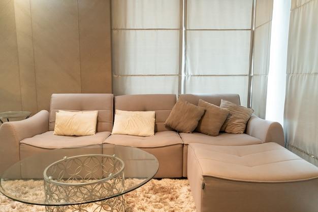 Belle décoration d'oreiller sur canapé dans le salon