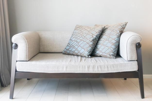 Belle décoration d'oreillers sur canapé dans le salon