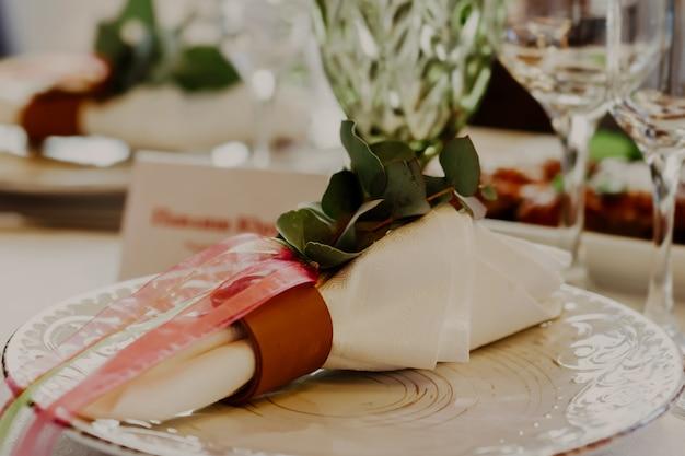 Belle décoration de table intérieure de restaurant pour mariage ou événement