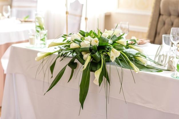 Belle décoration des vacances de mariage avec fleurs et verdure avec décoration fleuriste. préparatifs de la cérémonie de mariage