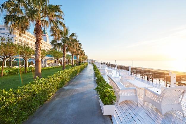 Belle digue pour la marche et le sport à l'amara dolce vita luxury hotel.