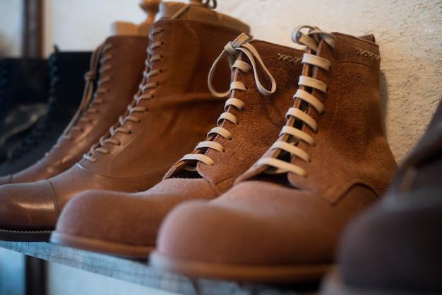 Belle disposition de chaussures sur étagère