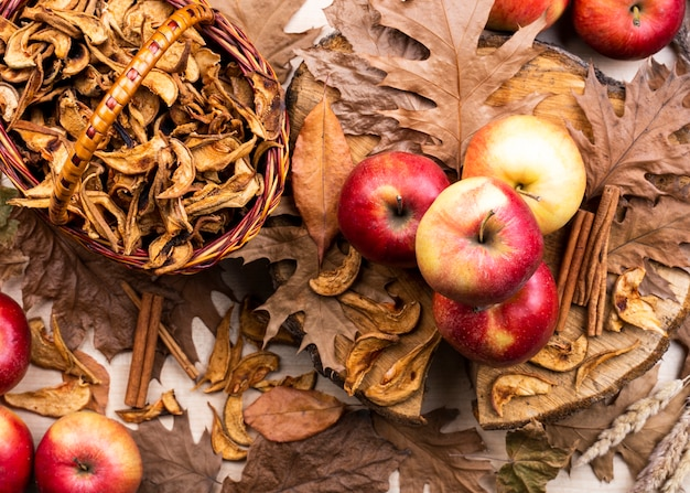 Belle disposition de pommes sur feuilles sèches