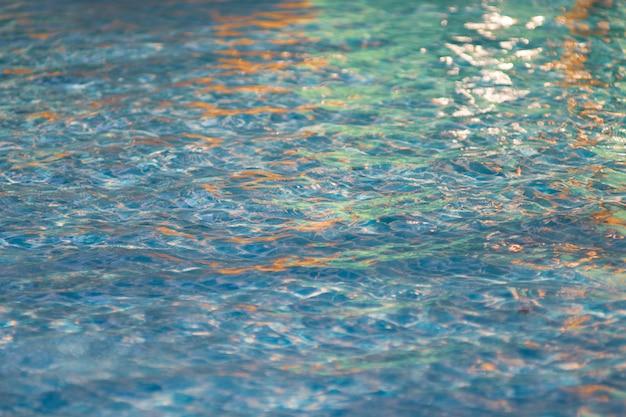 Belle eau bleue dans la piscine