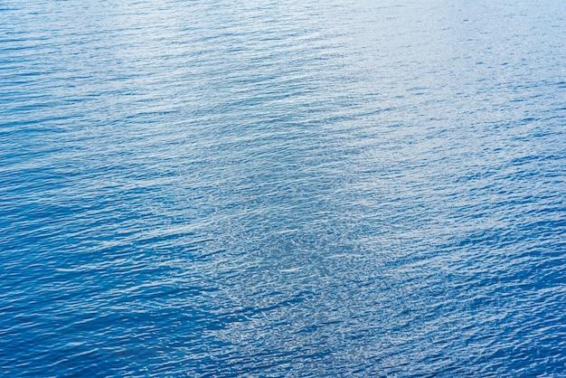 Belle eau bleue de l'océan en journée d'été ensoleillée