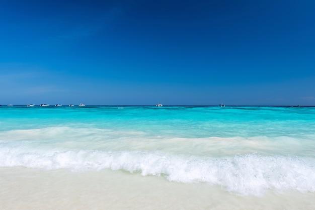 Belle éclaboussure de l'eau à la mer tropicale